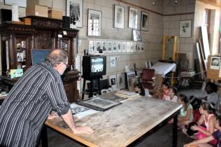 Attentifs à la vidéo présentant les différentes phase de création d'une lithographie.