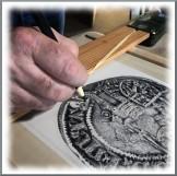 travail de finition du dessin de la médaille de Saint-Mihiel