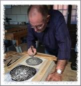 Alain Menegon dessine sur la pierre lithographique les médailles qui seront tirées pour la B.I.A.L. de Saint-Mihiel